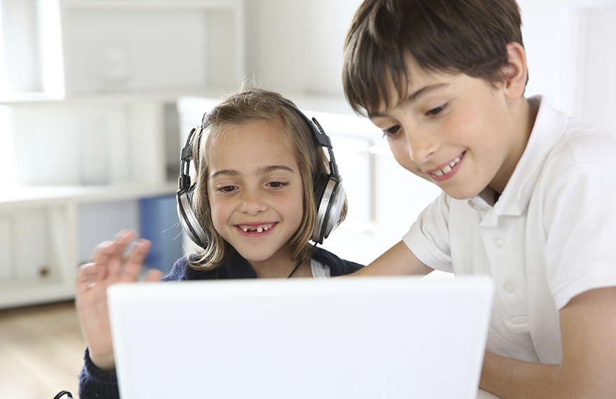 Kids using new technolgies in classroom